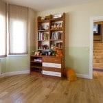 dormitorio con tarima de madera