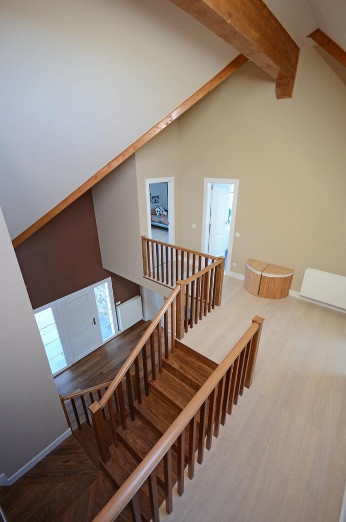 Fachada de una casa revestida en piedra y madera casas y - Casas de madera y piedra ...