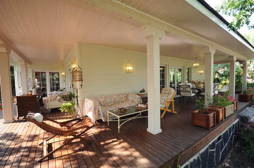 La importancia de los porches en verano canexel for Casas con porche y piscina