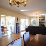 Salón casa canadiense con tarima de madera