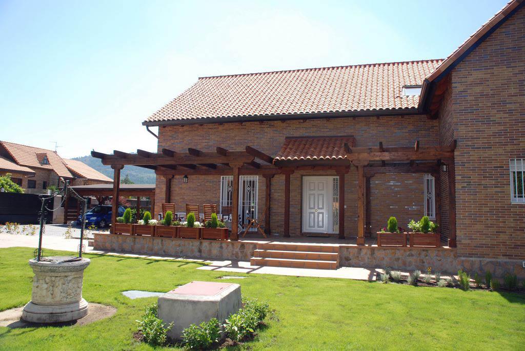 P rgolas de madera for Fachadas de casa modernas con pergolas