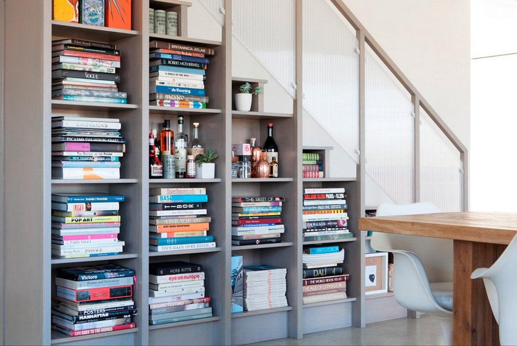 Ideas para aprovechar el espacio del bajo escalera canexel for Estanteria bajo escalera