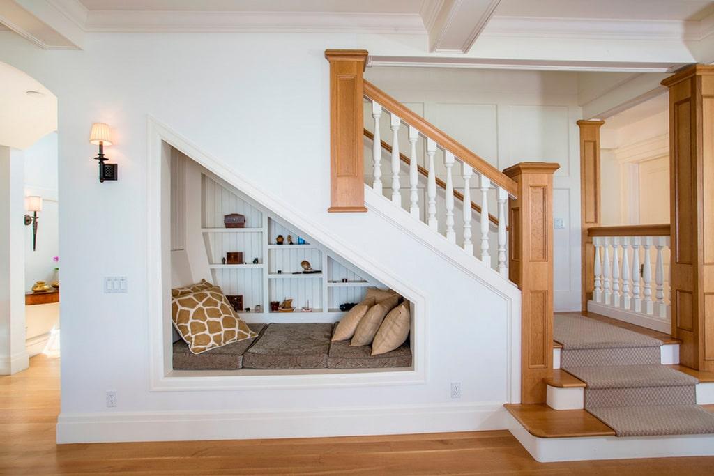 Ideas para aprovechar el espacio del bajo escalera canexel for Repisas para escaleras