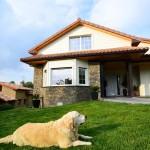 fachada de la casa con el perro