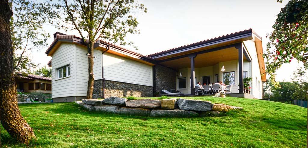 La importancia de los porches en verano canexel for Fotos de fachadas de chalets
