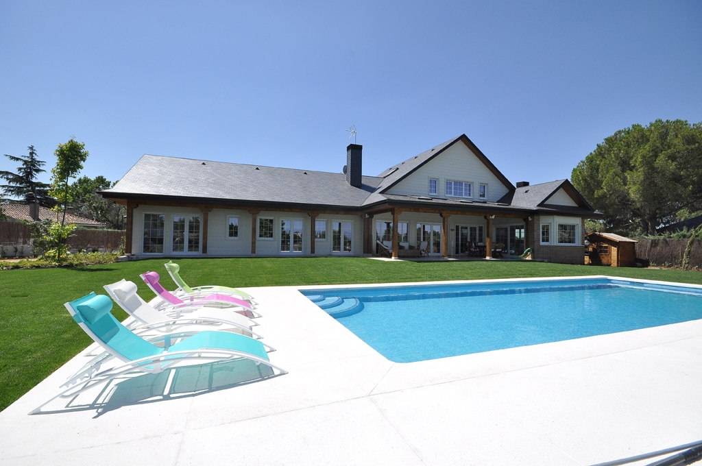 Casa edmonton canexel casas de madera for Casas con jardin y piscina