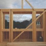Construcción de ventana en casa de madera