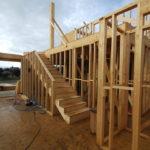 Tabiquería interna en casa de madera canexel