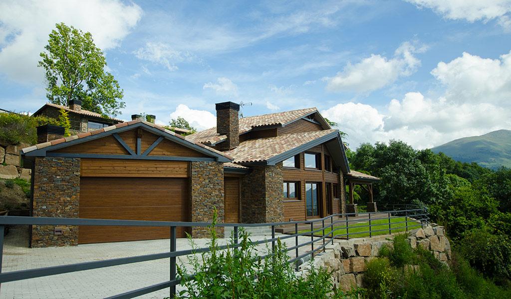 Casa de madera y piedra en los Pirineos