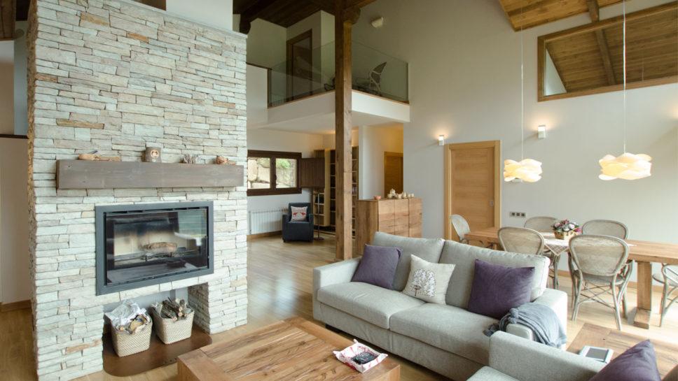 chimenea de piedra en casa de madera
