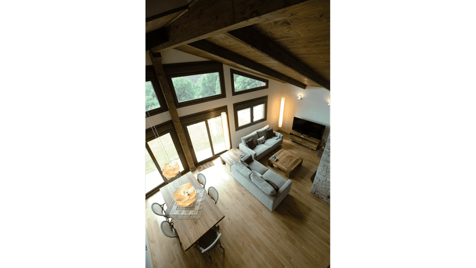 salón con techo catedral con friso