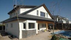 fachada trasera de casa canadiense en Paracuellos del Jarana
