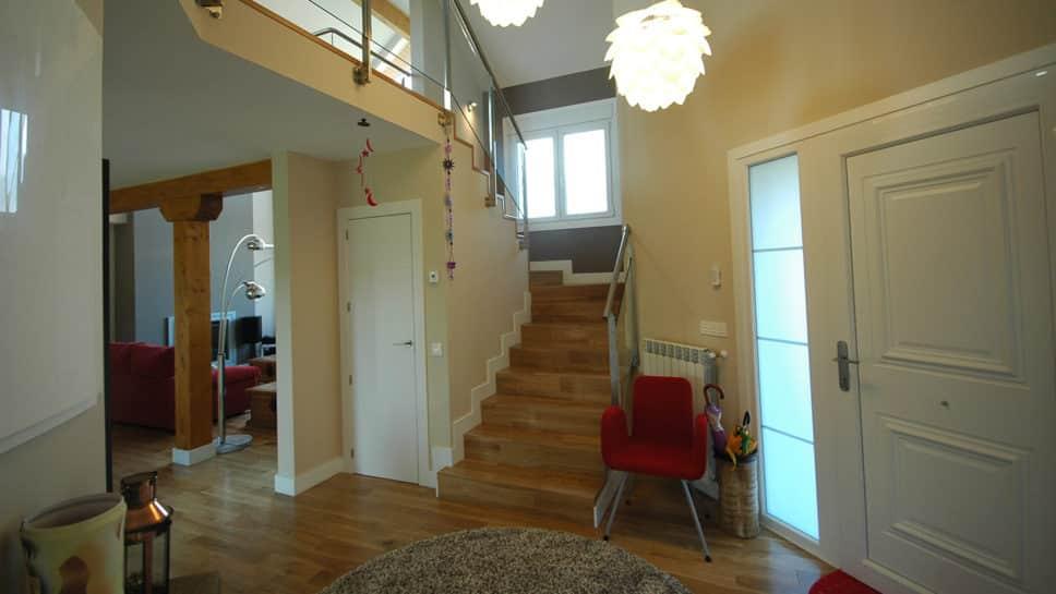 Hall de entrada en casa de madera