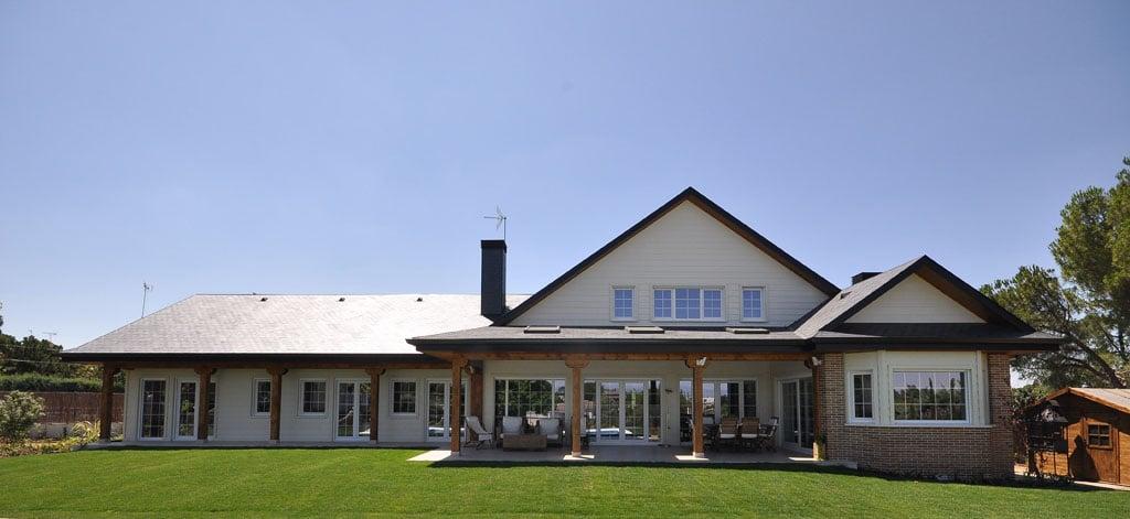 Construir en una o dos plantas canexel casas de madera for Fachada de la casa clasica