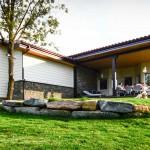 jardin y fachada casa de madera