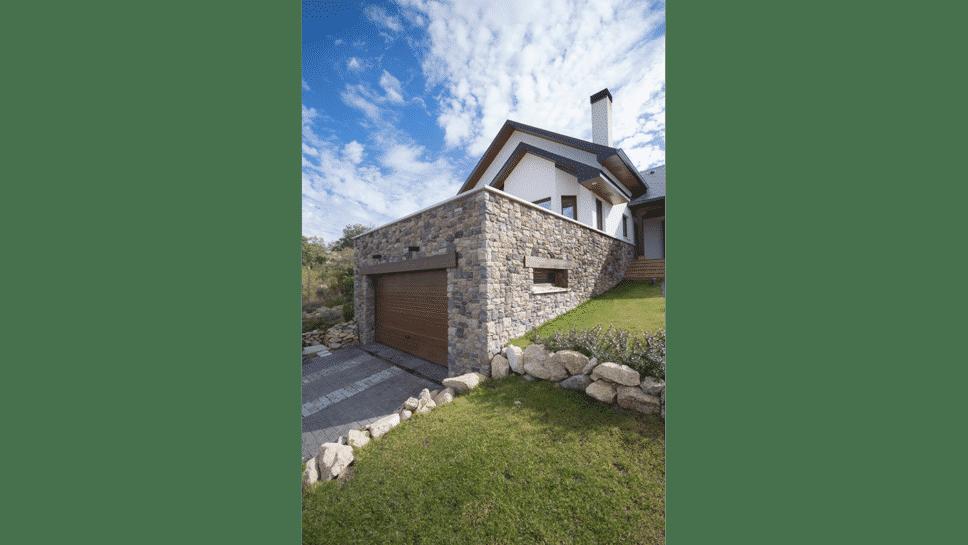 casa de madera con sótano