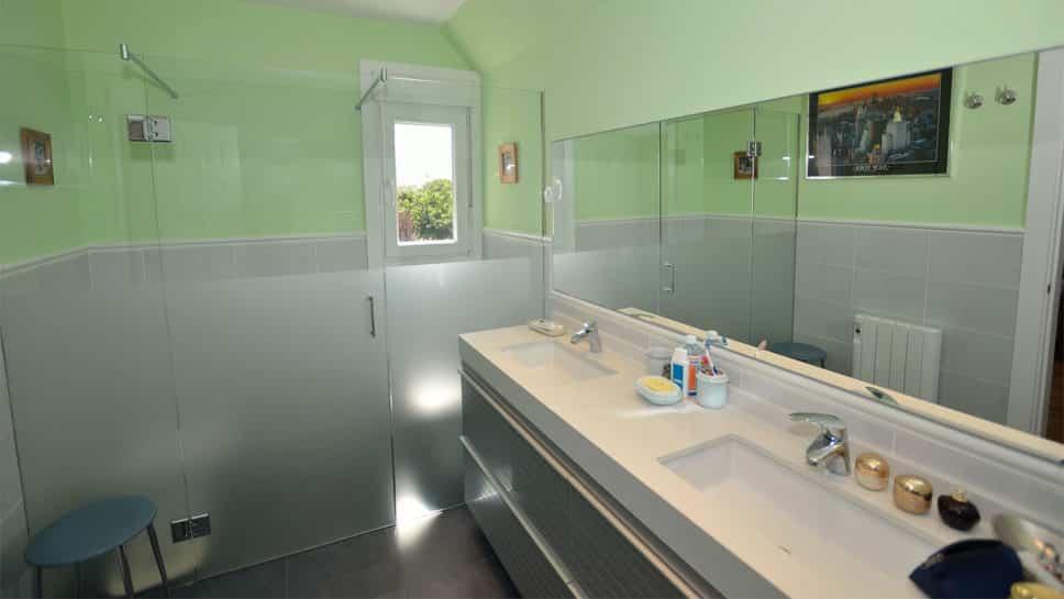 cuarto de baño con alicatado a media altura