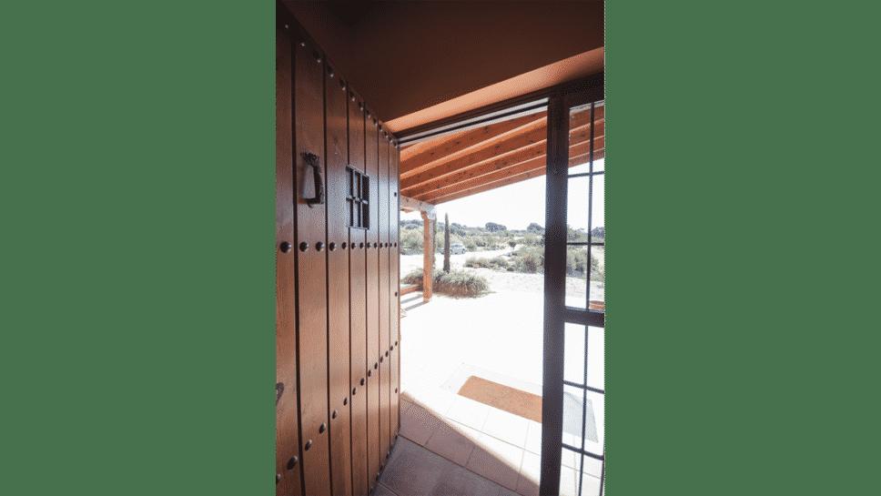entrada de estilo rústico en casa de madera