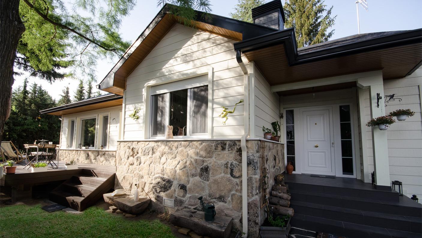 Casa de una planta en piedra y madera