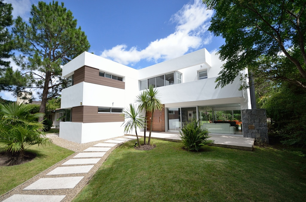 Fachadas minimalistas canexel for Casas modernas revestidas en piedra