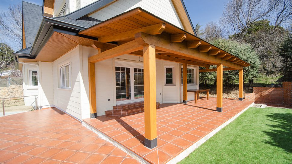 Casa pequea de madera exterior de la casa porche de - Casas con porche ...