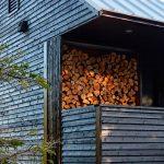casa de madera negra