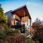 casa de madera oscura