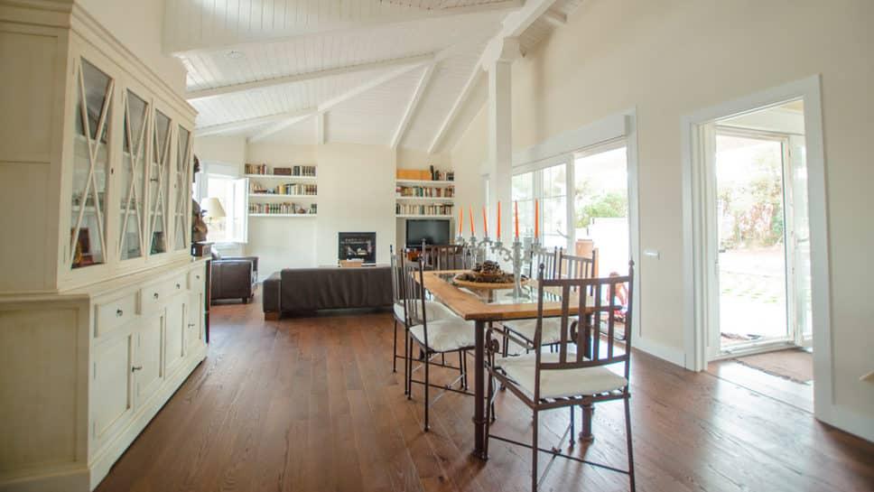 salón comedor en casa de madera con mucha luz