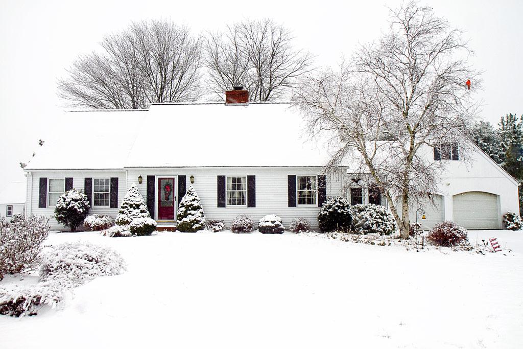 casa de madera nevada