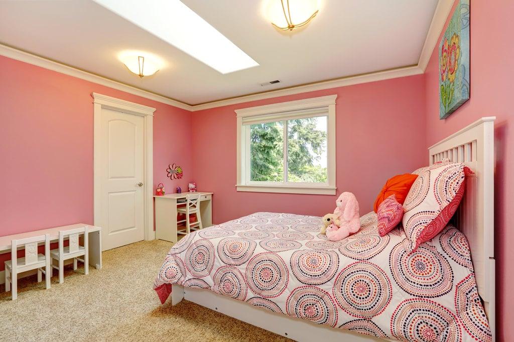 dormitorio con paredes de colores