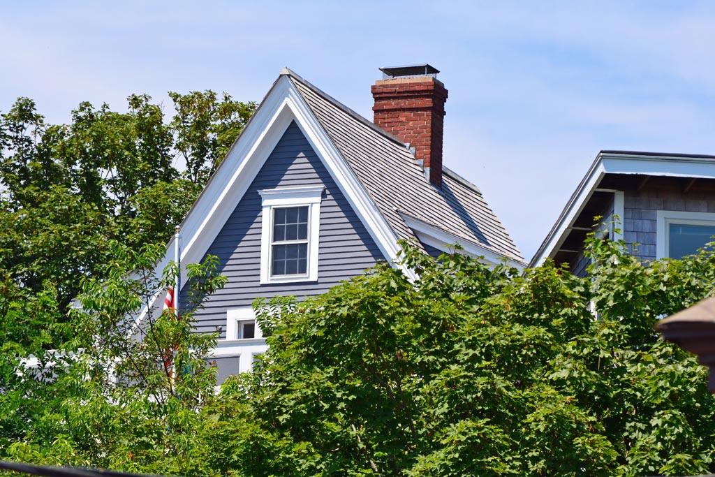 tejado inclinado con chimenea