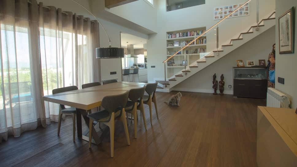 comedor con acceso a cocina en casa moderna de doble altura