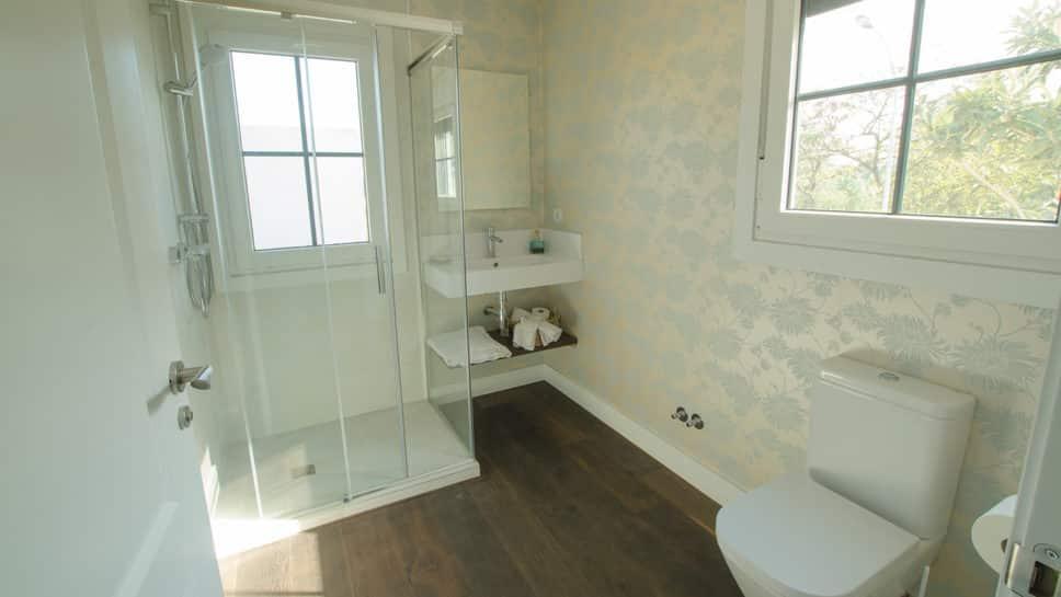 cuarto de baño con duhca de obra