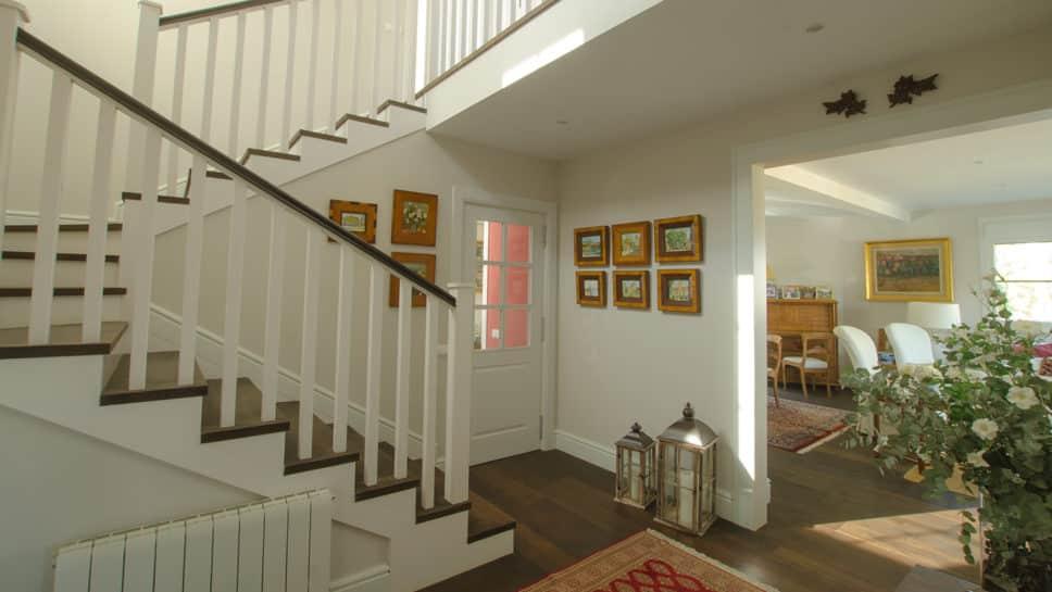 hall de entrada con escaleras