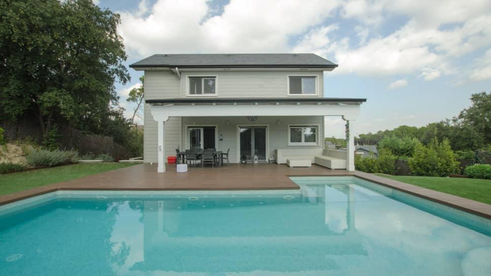 casa de madera porche deck piscina