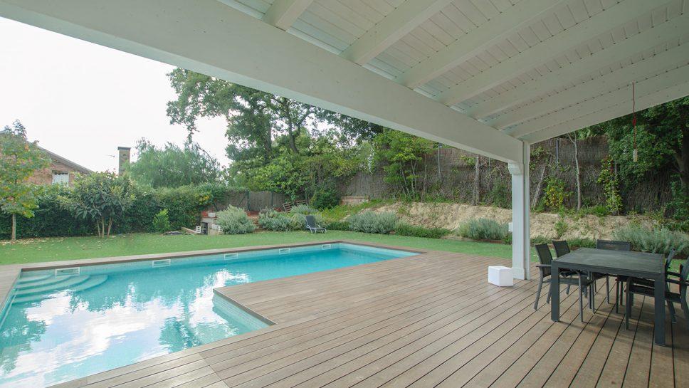 porche de madera con deck y piscina