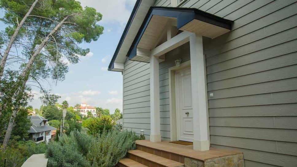 puerta de entrada a casa de madera
