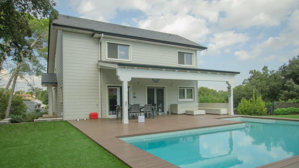 vivienda con porche y piscina