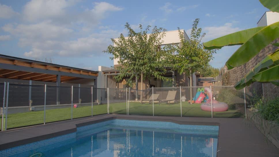 casa de estilo moderno con piscina