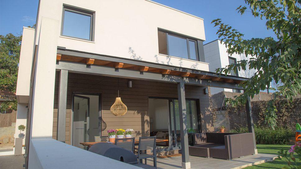 casa moderna con porche