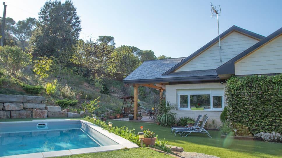 casa con piscina y jardín principal