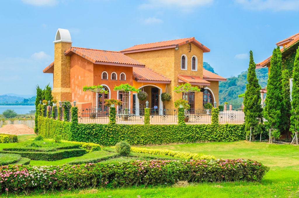 casa de tonos rojizos en la toscana