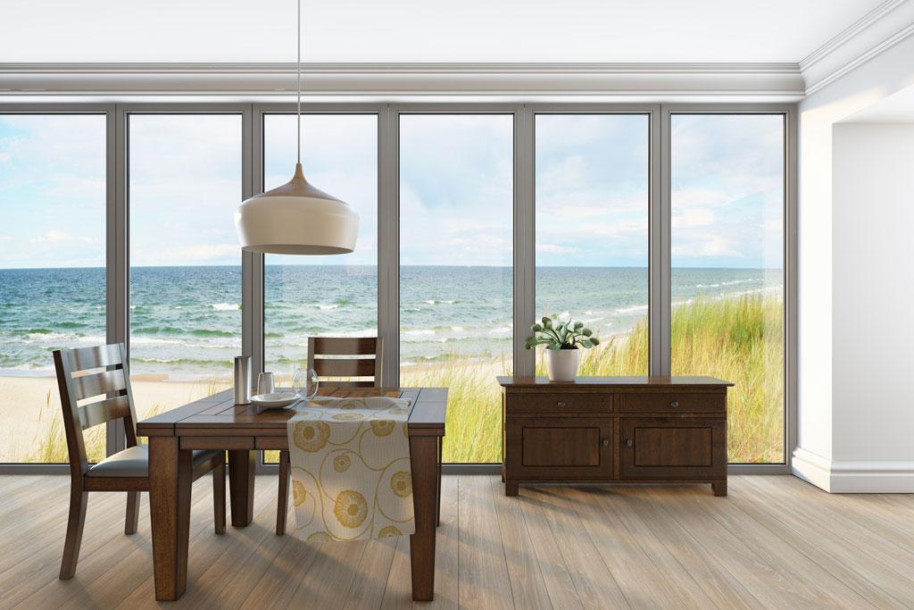 casa con vistas desde gran ventanal