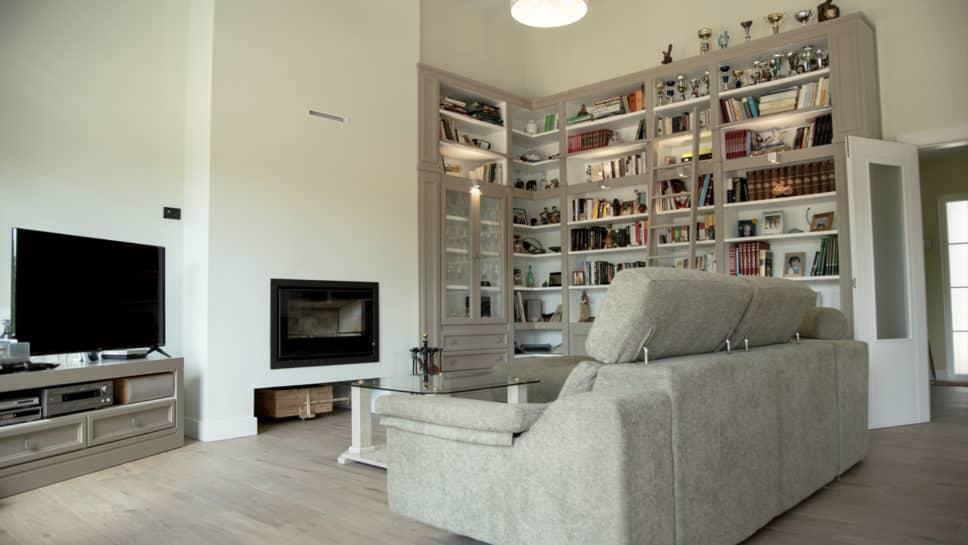 salón con biblioteca y chimenea