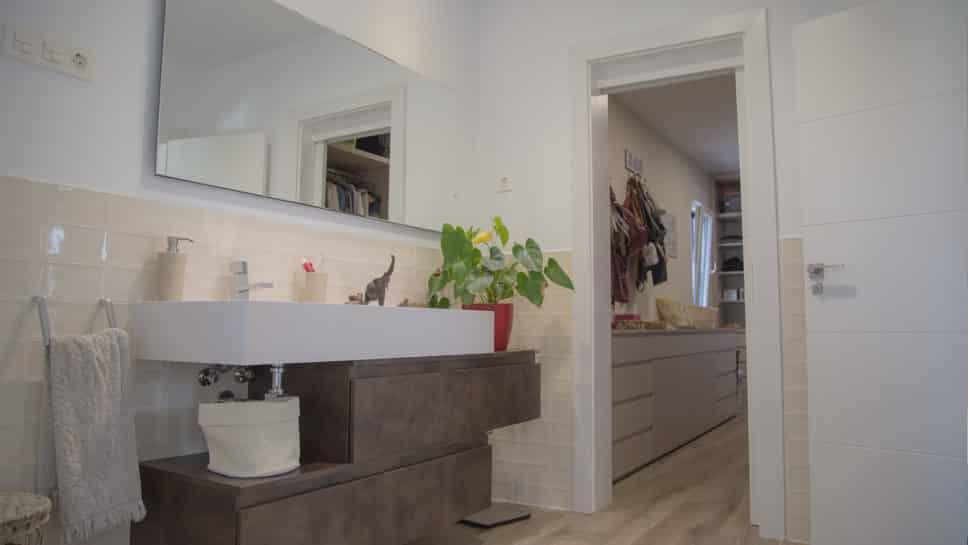 baño con acceso a vestidor