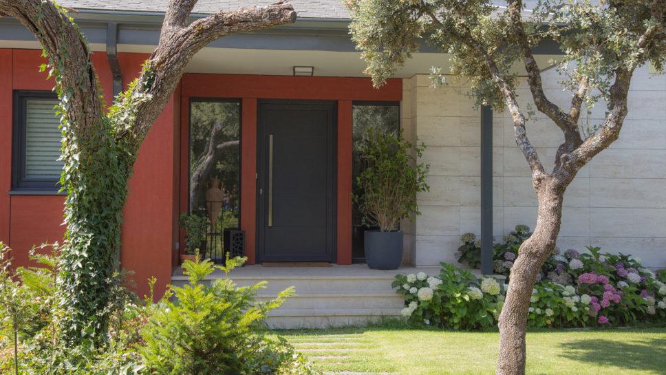 entrada vivienda con panel fenólico